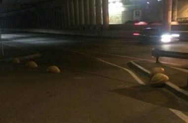 В Киеве уже выломали новые полусферы возле Речного вокзала