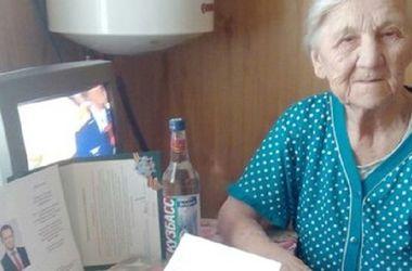 <p>В России ветеранов поздравили с Днем победы бутылкой водки. Фото: соцсети</p>