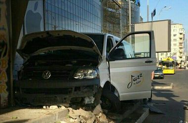 В Киеве микроавтобус протаранил гостиницу