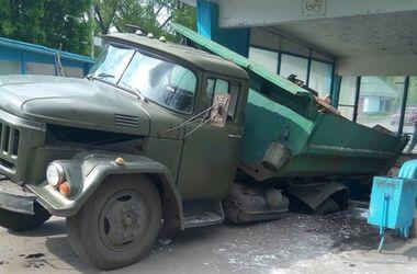 В Харькове грузовик чуть не провалился в подземный переход
