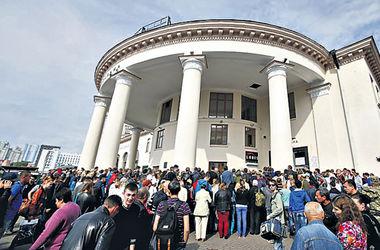 """Вокзал без """"Вокзальной"""": в Киеве из-за закрытия станции образовалась давка и подрались таксисты"""