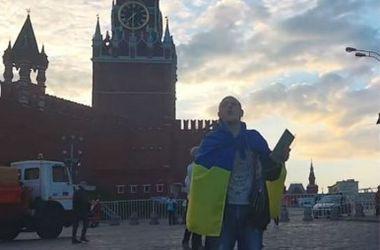 Украинец под стенами Кремля исполнил гимн  (видео)