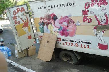 В Одессе грузовик ушел под землю
