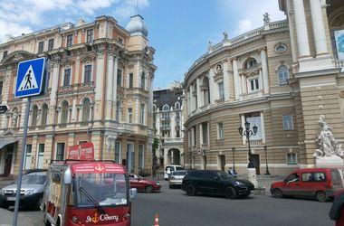 <p>Фасад театра поменял свой цвет с бежевого на желтый, а к дому Навроцкого пристроили этаж. Фото: А.Чабаненко</p>