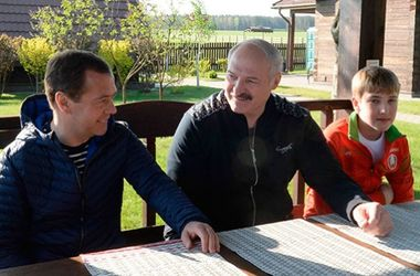 Лукашенко показал Медведеву свой дом и угостил березовым соком (фото)