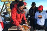 Американская пиццерия доставила пиццу на вершину Килиманджаро (видео)