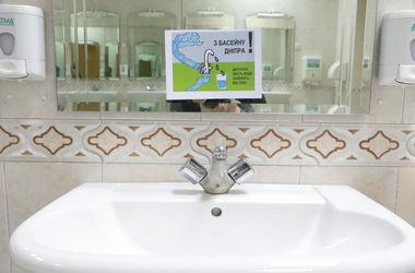 В туалетах Рады появились рисунки, которые призваны пристыдить депутатов (фото)
