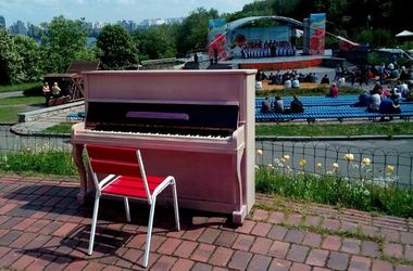 В Киеве появилось розовое уличное пианино