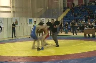 <p>В России на соревновании по вольной борьбе горячий чеченец устроил драку. Фото: кадр из видео</p>