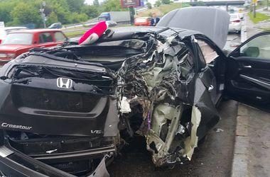 В Киеве водитель депутата снес столб и разбил машину