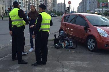 В Киеве дама за рулем сбила женщину с ребенком в коляске