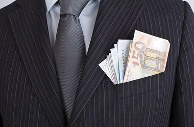 Чиновника и адвоката, задержанных с 2,5 млн грн взятки, суд отправил под домашний арест