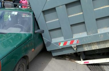 В Харькове грузовик провалился под асфальт и придавил легковушку