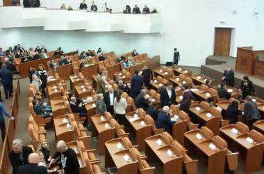 Сессия горсовета Днепропетровска: депутаты не хотят делиться налогами и устроили скандал из-за символики