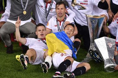 Украинский флаг на награждении победителей Лиги Европы