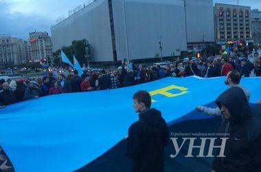 Десятиметровый крымскотатарский флаг развернули на столичном Майдане