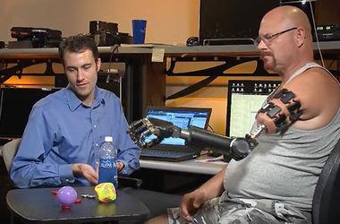 Ученые создали бионическую руку, которая возвращает ощущения