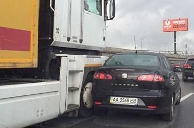 В Киеве грузовик протаранил легковушку, образовалась пробка на 4 километра