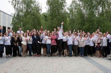 Работники посольства США в Украине одели вышиванки