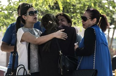 Убитые горем родственники пассажиров А320 съезжаются в аэропорт Каира