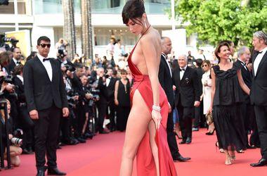19-летняя супермодель в вызывающем наряде ошеломила отсутствием нижнего белья в Каннах
