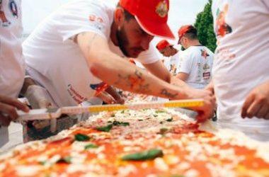 Итальянцы приготовили гигантскую пиццу длиной 1,8 км
