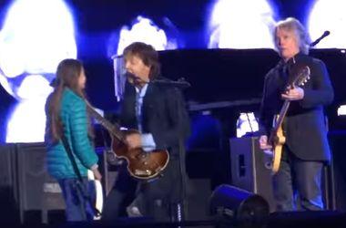10-летняя поклонница Пола Маккартни поразила его настойчивостью на сцене