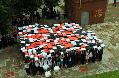 В Харькове студенты собрали орнамент вышиванки, а чиновники выстроились в трезубец