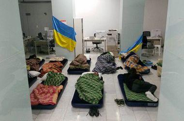 Переселенцы из Донбасса заночевали у Саакашвили