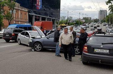 В центре Киева столкнулись иномарки: есть пострадавшие