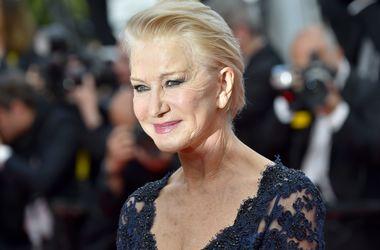 70-летняя актриса в роскошном платье с глубоким декольте произвела фурор в Каннах