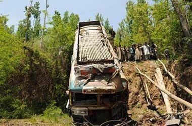 В Индии автобус упал в ущелье, погибли 15 человек