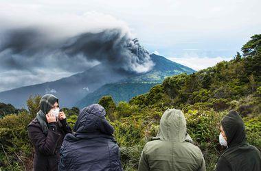 Красиво, но страшно: в Италии разбушевался крупнейший в Европе вулкан