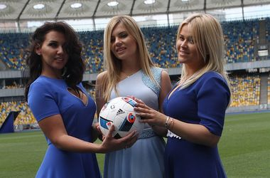 Жены футболистов сборной Украины: фотосессия в шикарных платьях на стадионе