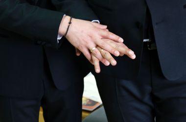 Церковь Шотландии разрешила священникам вступать в однополые браки
