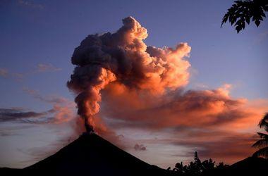 В Индонезии извергается вулкан Синабунг: есть погибшие