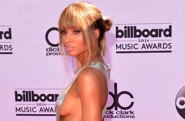 Певица Сиара шокировала голым платьем на красной дорожке