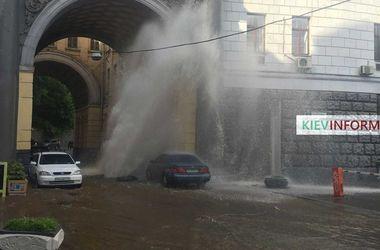 Прорыв трубы на Прорезной: фонтан воды в центре Киева заливает машины