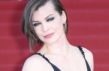 40-летняя Мила Йовович ради платья от Prada отказалась от бюстгальтера (фото)