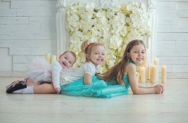 """Фотоконкурс """"Улыбки киевских малышей"""": три неразлучные сестрички"""