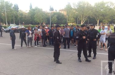 Одесскую ОГА  пикетировали возмущенные обысками в квартирах вьетнамцы