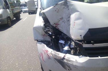 В Киеве легковушка жестко протаранила микроавтобус