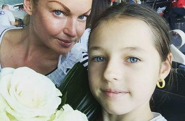 Анастасию Волочкову раскритиковали за неудачный наряд для выпускного дочери (фото)