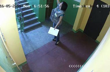 """В Киеве женщина в форме """"Киевэнерго"""" украла лампочку в подъезде – жители"""