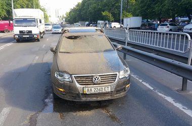 В Киеве посреди дороги прорвало трубу: фонтан из камней и грязи травмировал девушку-водителя