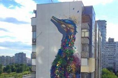 В Киеве на доме появился гигантский павлин