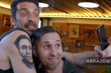 Знаменитый вратарь Буффон сделал татуировку с лицом фаната, у которого тату с Буффоном