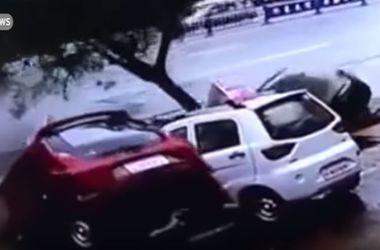 В Китае четыре автомобиля и дерево провалились под землю