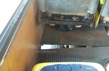 В Киеве сфотографировали маршрутку с дыркой в полу