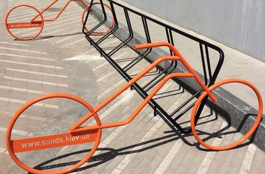 В Киеве появился новый велопаркинг в живописном месте